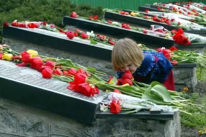 Bloemen voor slachtoffers Tsjernobyl: krant.telegraaf.nl/krant/archief/20020427/teksten/bui.venster...